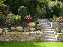 Mauer aus Muschelkalk, Treppe aus Granit