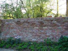 Mauer aus alten Ziegeln