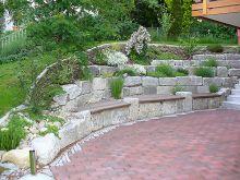 Terrassenbelag aus Klinker, Hangabstützung aus Granit mit integriertem Sitzplatz