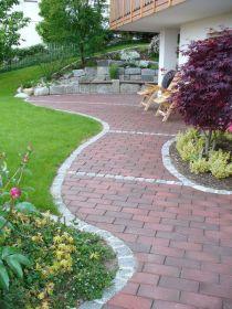 Weg aus Klinker mit Graniteinfassung