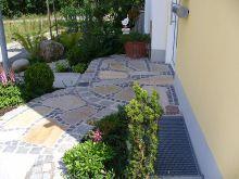 Weg aus polygonalen Quarzitplatten