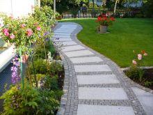 Weg mit Granitplatten und Mosaikeinfassung